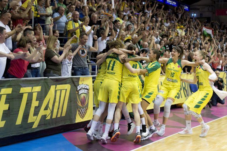 A Sopron játékosai örülnek a női kosárlabda Euroliga elődöntőjében. MTI Fotó: Krizsán Csaba