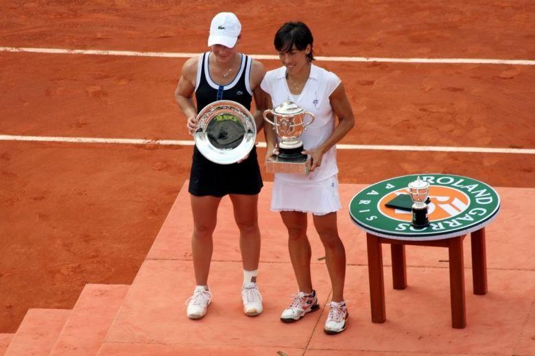 Samantha Stosur és Francesca Schiavone a 2010-s Roland Garros döntője után (Fotó: Olga Besnard / Shutterstock.com)