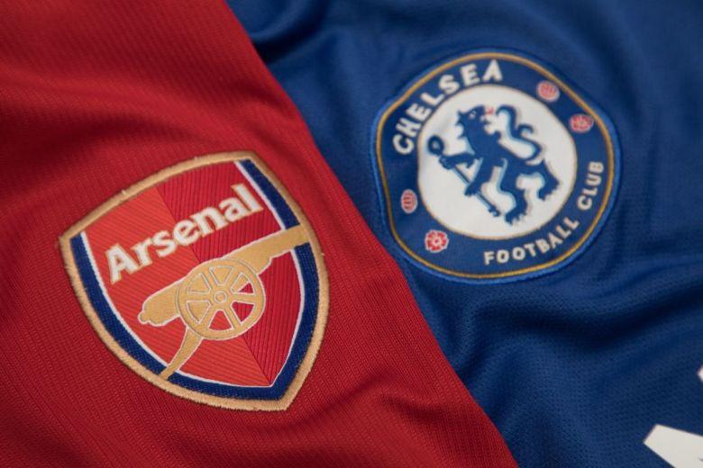 Arsenal és Chelsea focicsapatok címerei (Fotó: charnsitr / Shutterstock.com)