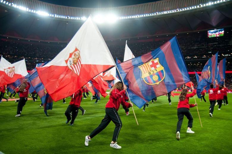 Sevilla és Barcelona csapatok címerei (Fotó: Christian Bertrand / Shutterstock.com)