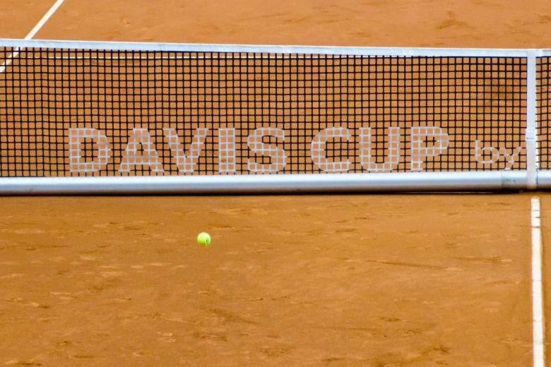 Davis Kupa-meccs hálórészlete és labdája (Fotó: Emilija Miljkovic / Shutterstock.com)