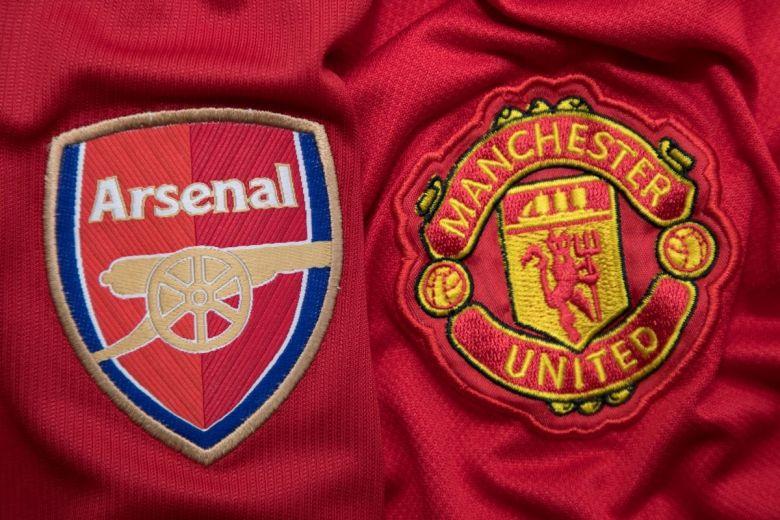 Az Arsenal és a Manchester United csapatok címerei (Fotó: charnsitr / Shutterstock.com)