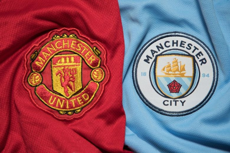 Manchester United és Manchester City focicsapatok címerei (Fotó: charnsitr / Shutterstock.com)