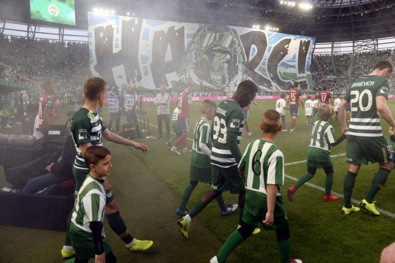 Ferencvárosi szurkolók óriási transzparense (Fotó: MTI/Kovács Tamás)