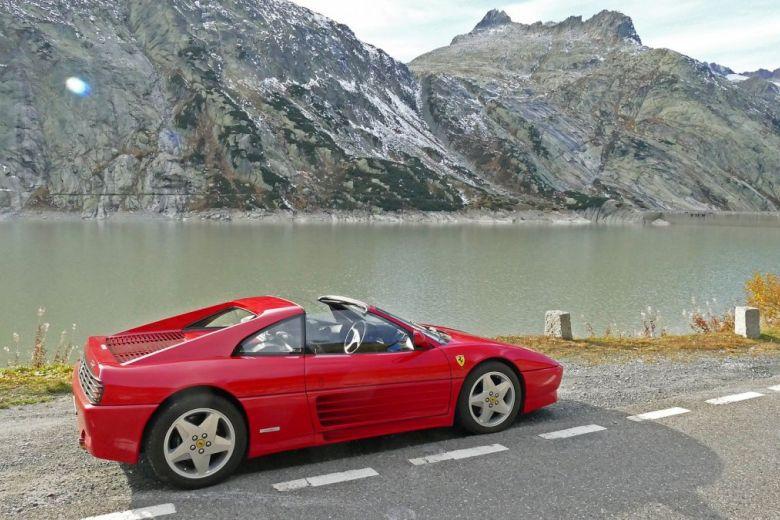Piros Ferrari a svájci Alpokban (Fotó: Zoltan Tarlacz / Shutterstock.com)