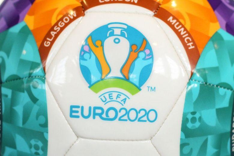 A 2020-as Labdarúgó-Európa-bajnokság hivatalos labdája és címere (Fotó: Mircea Moira / Shutterstock.com)