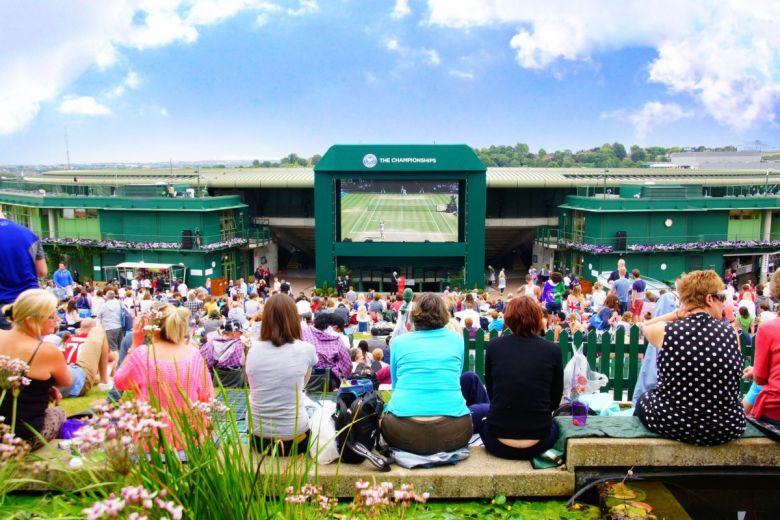 Teniszrajongók, akik nem jutottak be a Centre Courtra (Fotó: Meaning March / Shutterstock.com)