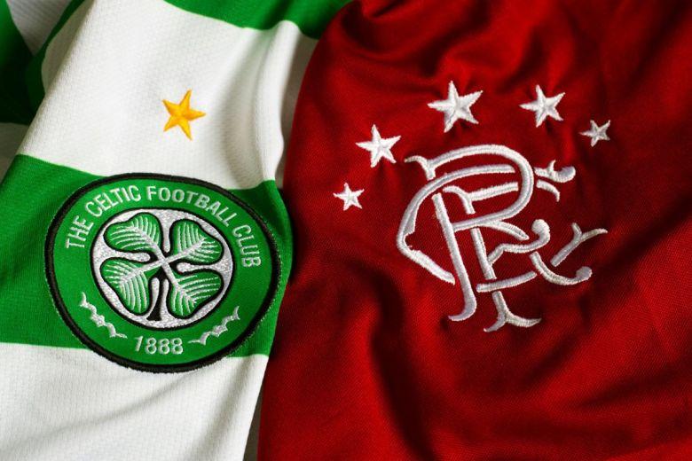 Celtic Glasgow és Glasgow Rangers focicsapatok címerei (Fotó: ninopavisic / Shutterstock.com)