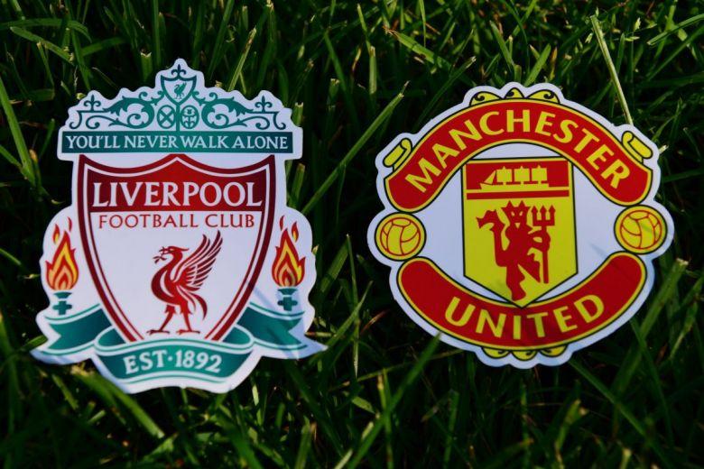 Liverpool és Manchester United focicsapatok címerei (Fotó: fifg / Shutterstock.com)