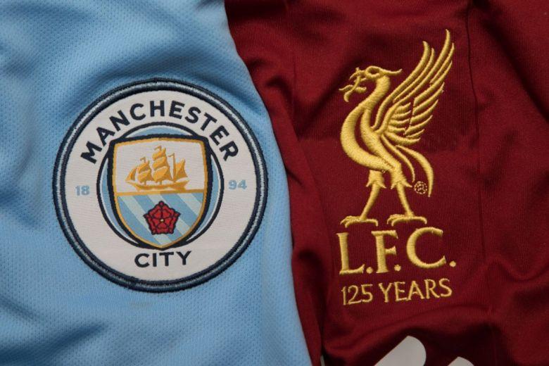 Manchester City és Liverpool címerei (Fotó: charnsitr / Shutterstock.com)