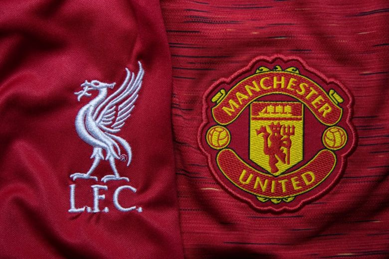 Liverpool és Manchester United címerei (Fotó: charnsitr / Shutterstock.com)