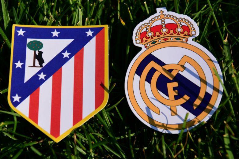 Atlético Madrid és Real Madrid címerei (Fotó: fifg / Shutterstock.com)