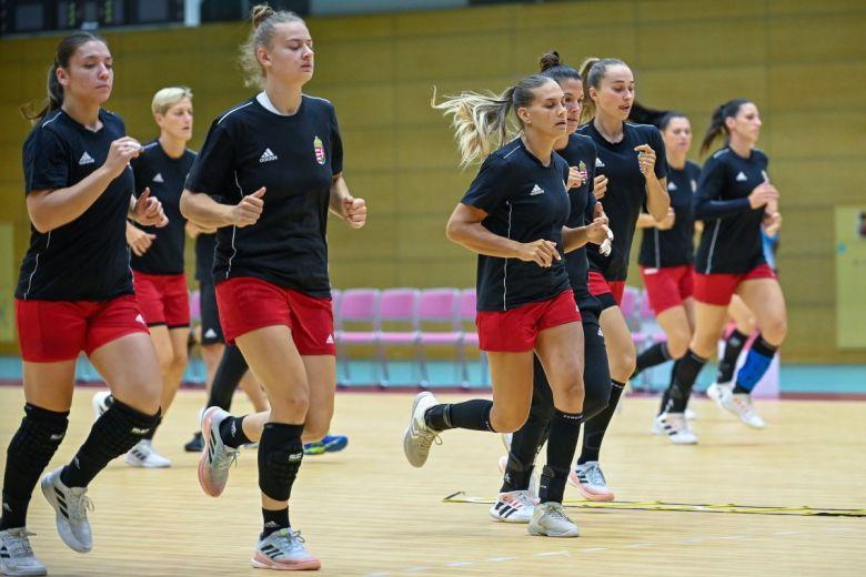 Tokió, 2021. július 21. A magyar női kézilabda-válogatott edzése a Shinagawa gimnázium csarnokában Tokióban 2021. július 21-én. A világméretű koronavírus-járvány miatt 2021-re halasztott 2020-as tokiói nyári olimpia július 23-án kezdődik. MTI/Czeglédi Z